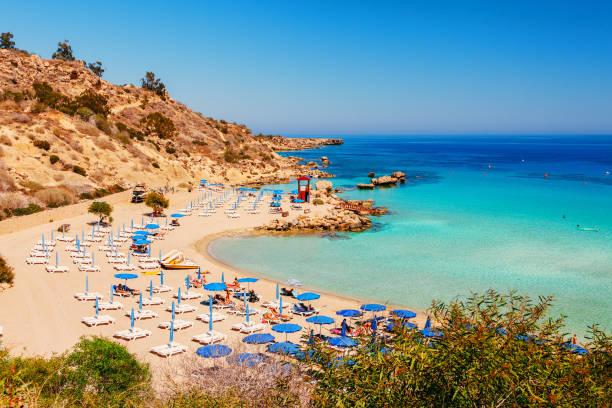 vackert landskap nära nissi beach och cavo greco i ayia napa, cypern island, medelhavet. fantastiska blå gröna havet och solig dag. - golf sommar skugga bildbanksfoton och bilder