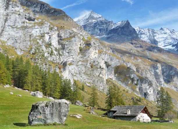 hermoso paisaje de la cordillera alpina europea en el parque la vanoise - foto de stock