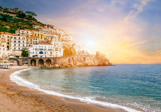 schöne landschaft der amalfi küste mittelmeer süd italien wichtige reise-destination in europa - italienischer abstammung stock-fotos und bilder