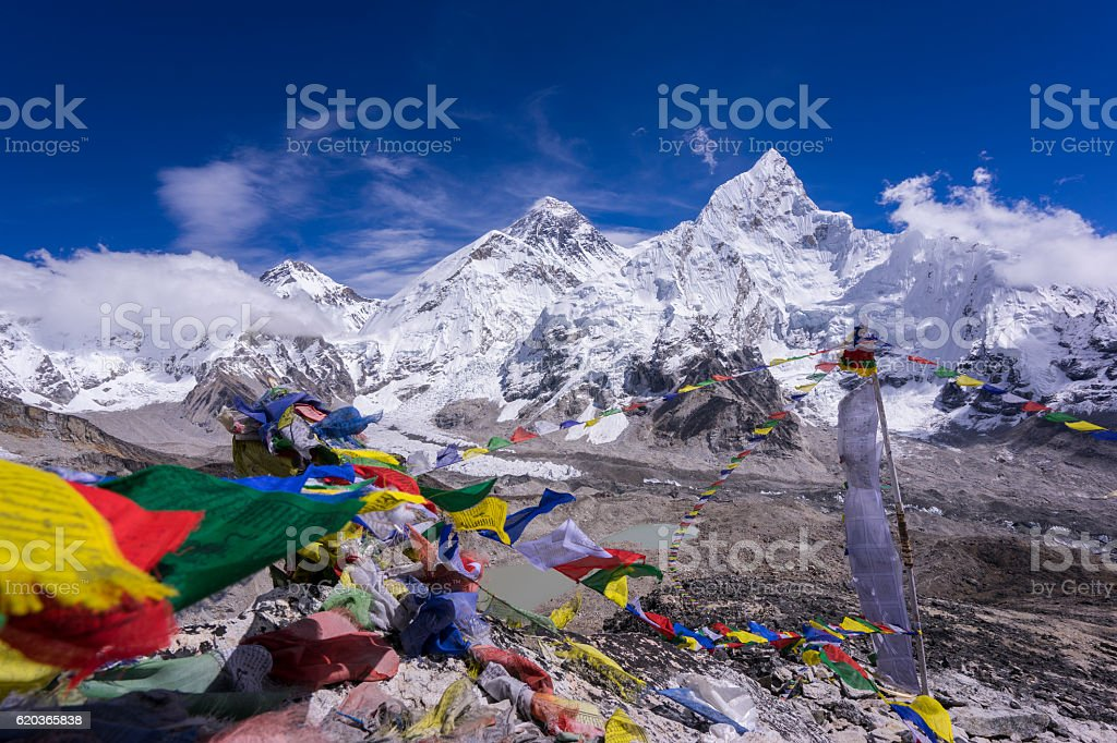 Beautiful Landscape of Everest and Lhotse with colorful flag foto de stock royalty-free