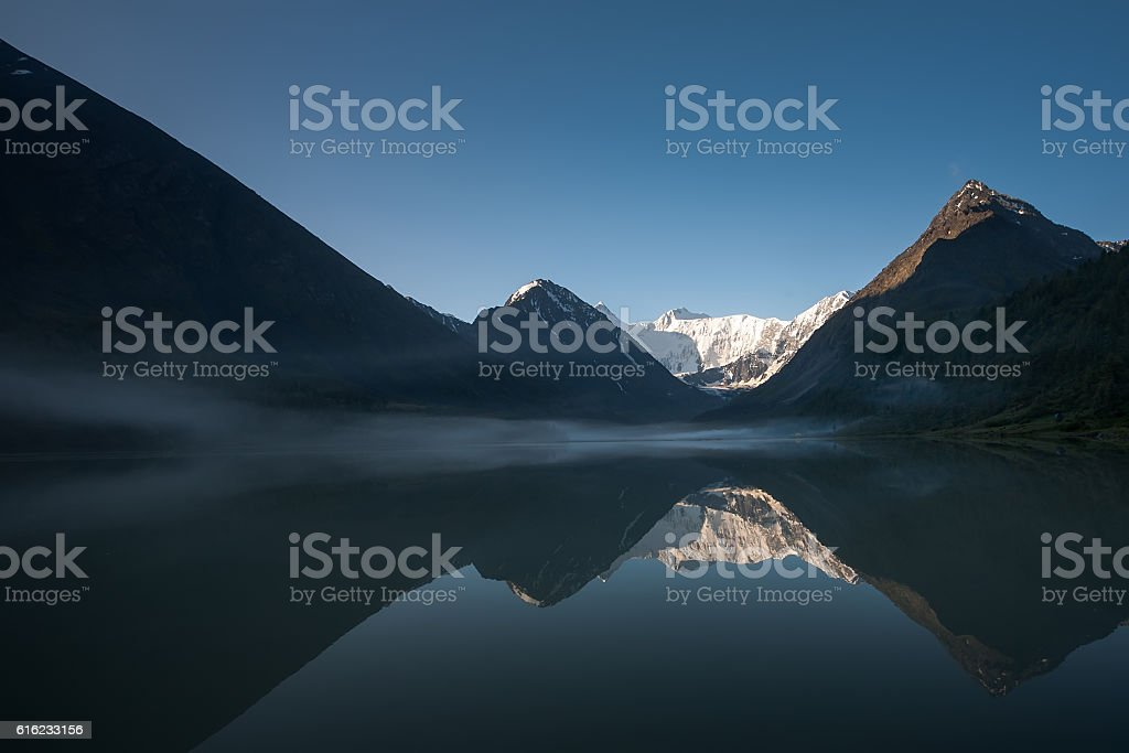 Beautiful landscape of highlands of Altai mountains with lake – Foto
