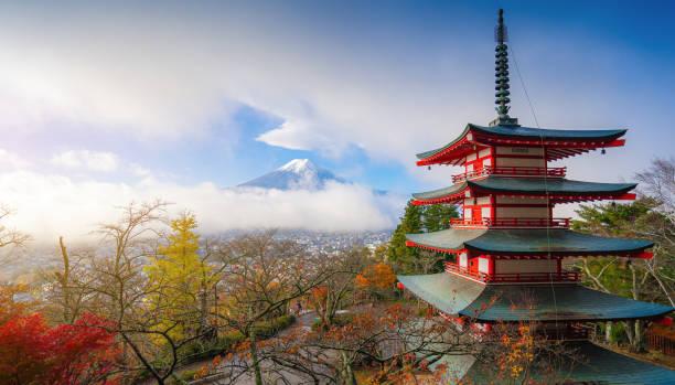 Schöne Landschaft von Berg fuji mit Chureito Pagode um Ahornblatt Baum in der Herbstsaison – Foto