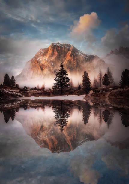 wunderschöne landschaft des passo di falzarego lago di limides - kieferngewächse stock-fotos und bilder