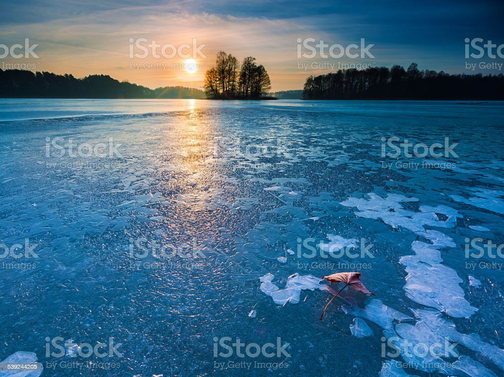 Hermoso paisaje de la puesta de sol sobre el lago helado foto de stock libre de derechos
