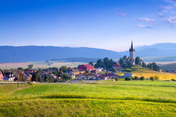 산, 작은 골짜기의 아름 다운 풍경 마을, 농촌 현장에서 주택. spissky stvrtok, 슬로바키아 - 슬로바키아 뉴스 사진 이미지