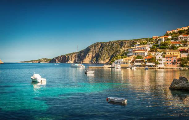 Schöne Landschaft mit Bucht und bunten Gebäuden im Hintergrund in der Stadt Asos, Griechenland, Kefalonia. Wunderbare spannende Orte. Panorama. Erstaunliche Griechenland - malerische bunte Dorf – Foto