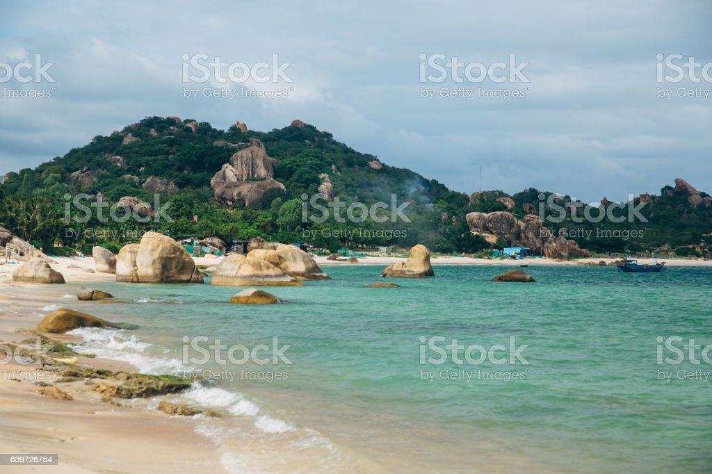 Beautiful landscape with view of ocean, perfect beach, big stones - foto de stock