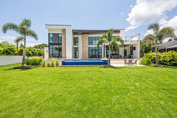 schön gestaltete moderne zuhause mit swimmingpool und sitzbereich - garten haus stock-fotos und bilder