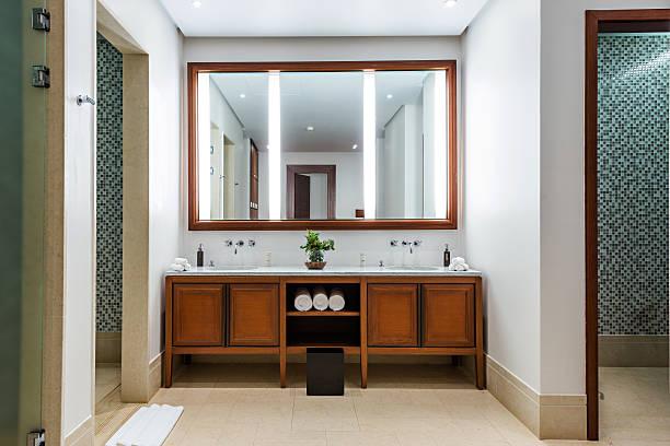 schönes großes bad in luxushotel - badewanne holz stock-fotos und bilder