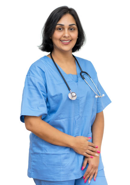 belle infirmière mûre américaine latine - fond blanc photos et images de collection