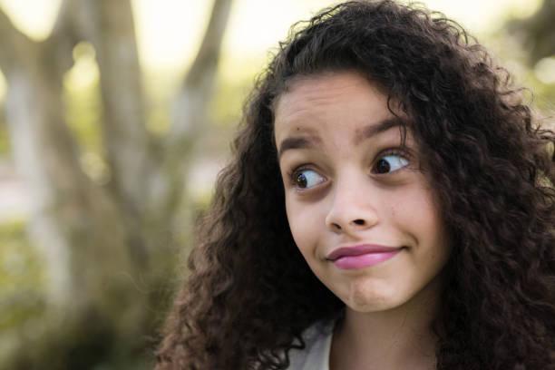 hermosa chica latina - sonrisa sarcástica fotografías e imágenes de stock