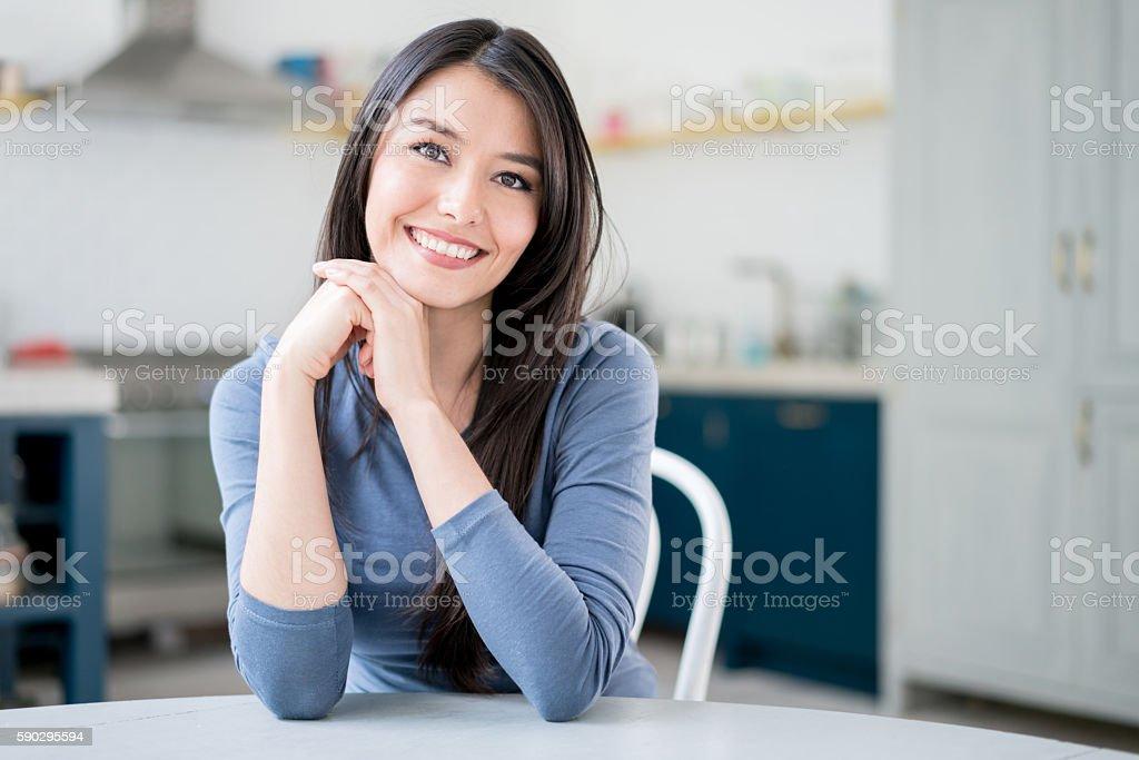 Красивая женщина латинского дома Стоковые фото Стоковая фотография