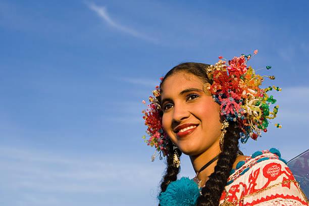 schönes lateinamerikanischen mädchen portrait - damen rock kostüme stock-fotos und bilder