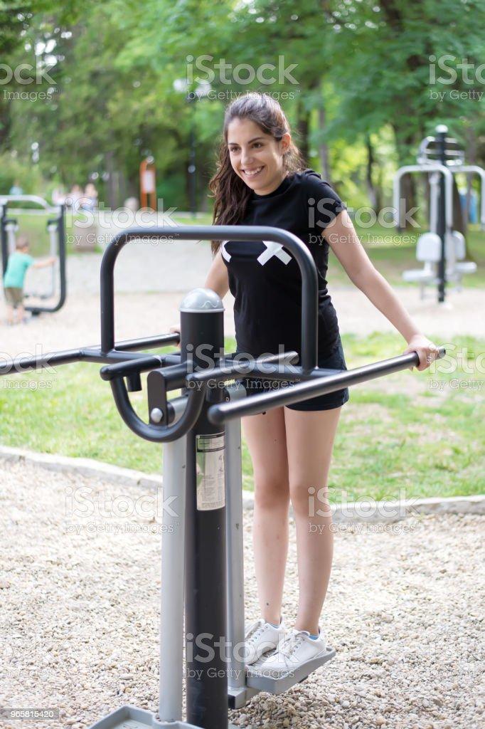 Een mooie, lachen meisje doen oefeningen buiten. - Royalty-free Actieve levenswijze Stockfoto
