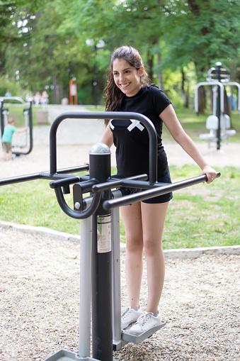 Een Mooie Lachen Meisje Doen Oefeningen Buiten Stockfoto en meer beelden van Actieve levenswijze