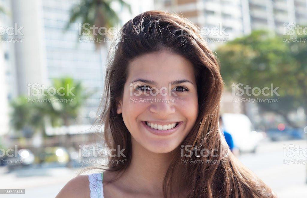 Bonita rindo mulher com cabelo escuro da cidade - foto de acervo