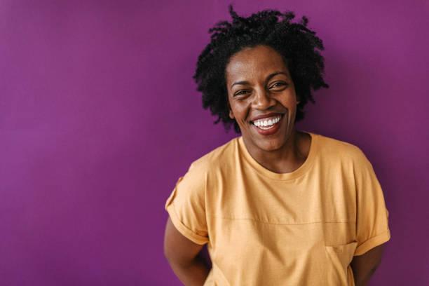 riso bonito na frente da parede roxa - lifestyle color background - fotografias e filmes do acervo
