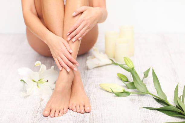 beautiful legs and feet. - prendersi cura del corpo foto e immagini stock