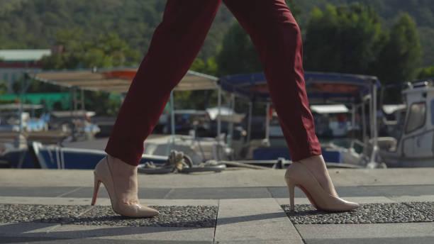 schöne Beine Business-Frau in den Schuhen gehen auf dem Pier auf dem Hintergrund der schönen Natur. – Foto