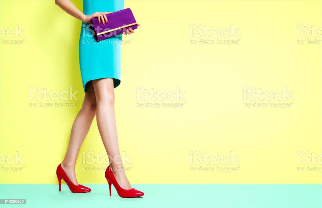 Mulher de belas pernas andando com sapatos de saltos altos vermelhos. - foto de acervo