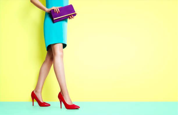 schöne beine frau zu fuß mit roten heels schuhe. - schlanke waden stock-fotos und bilder