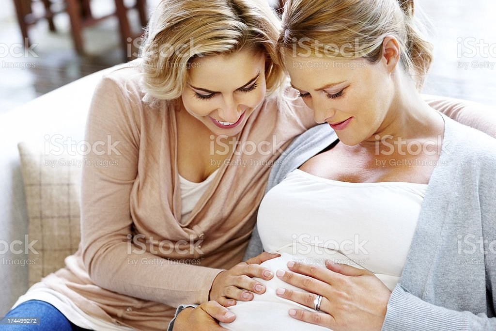 Schöne lesbische paar erwartet baby – Foto