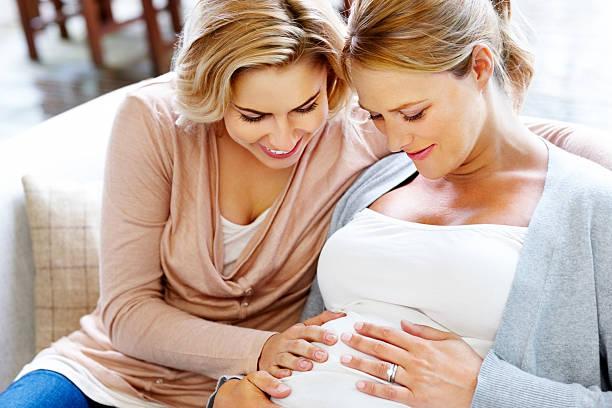 Hermosa pareja lesbiana esperando bebé - foto de stock
