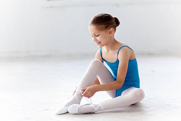 schöne kleine ballerina im blauen kleid tanzen geben ihnen auf - prinzessinnenschuhe stock-fotos und bilder