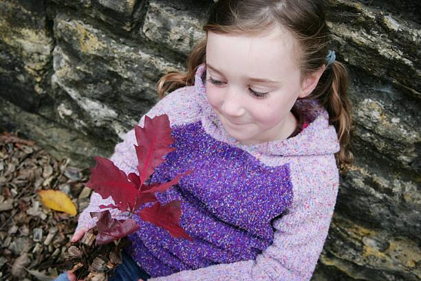 schöne kleine mädchen mit red oak setzling - angst vor der geburt stock-fotos und bilder