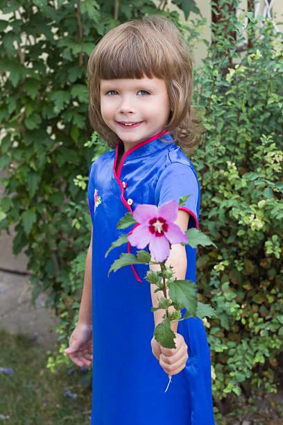Schöne Mädchen in einem blauen Kleid – Foto