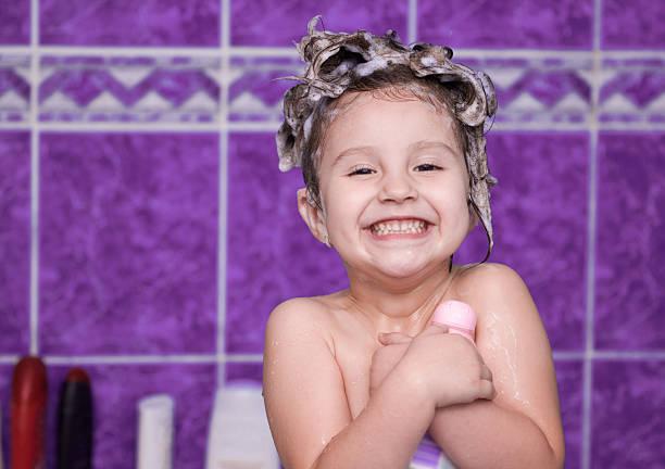 schönes mädchen im badezimmer - mädchen dusche stock-fotos und bilder