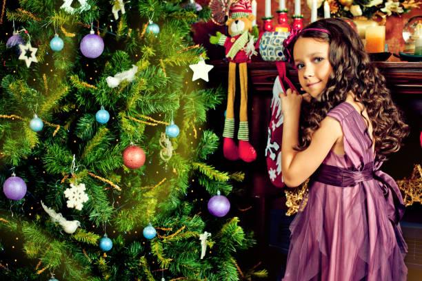 schönes kleines mädchen geschenke für weihnachten - weihnachten 7 jährige stock-fotos und bilder