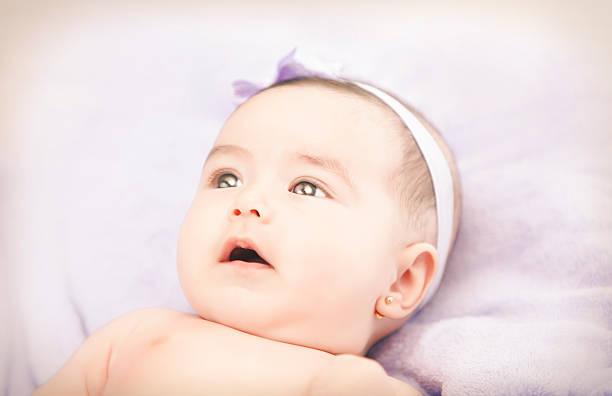 schöne kleine mädchen - ohrringe stock-fotos und bilder