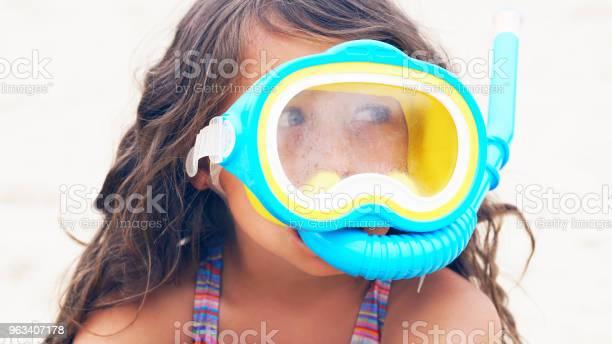 Piękna Dziewczynka Grająca Na Wybrzeżu W Masce Do Pływania - zdjęcia stockowe i więcej obrazów Białoruś