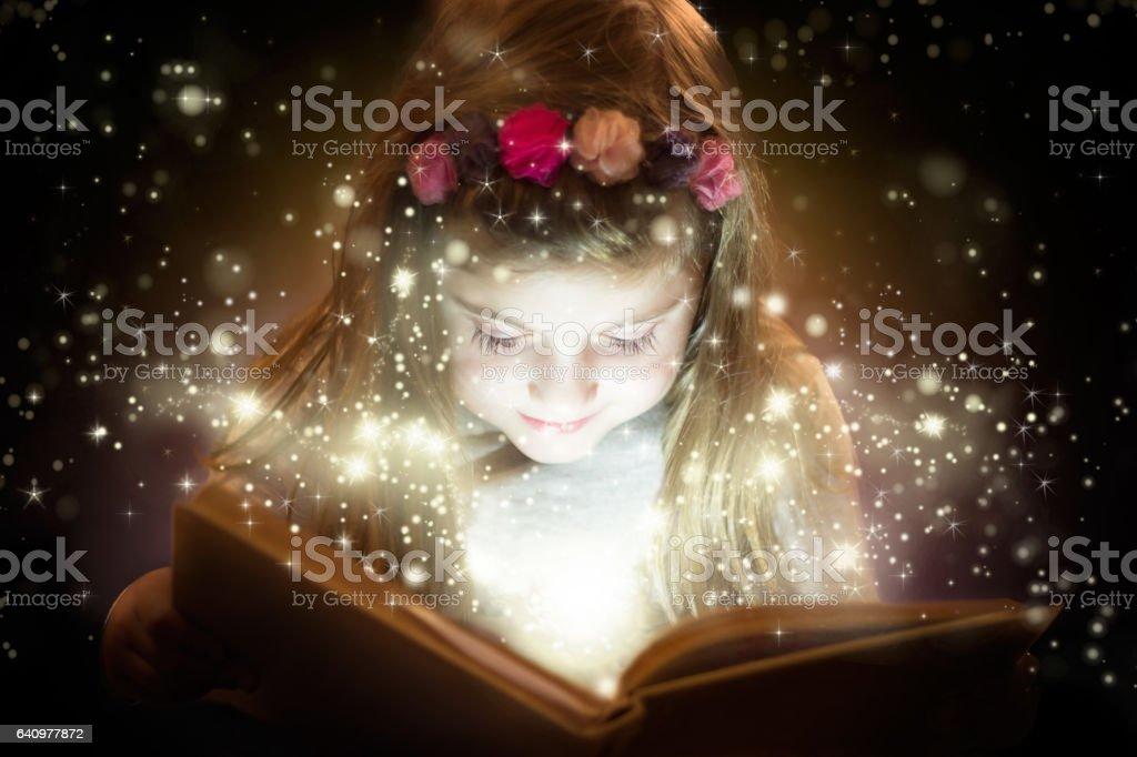 Mooi meisje magische boek lezen foto