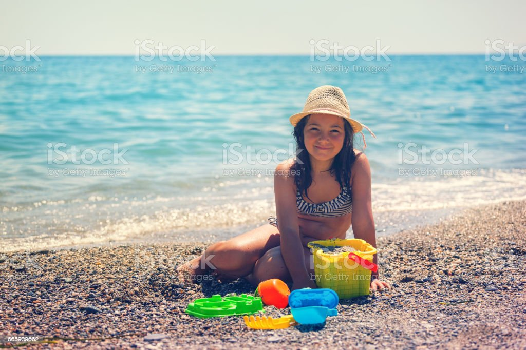 Beautiful Little Girl Relaxing At The Beach foto stock royalty-free