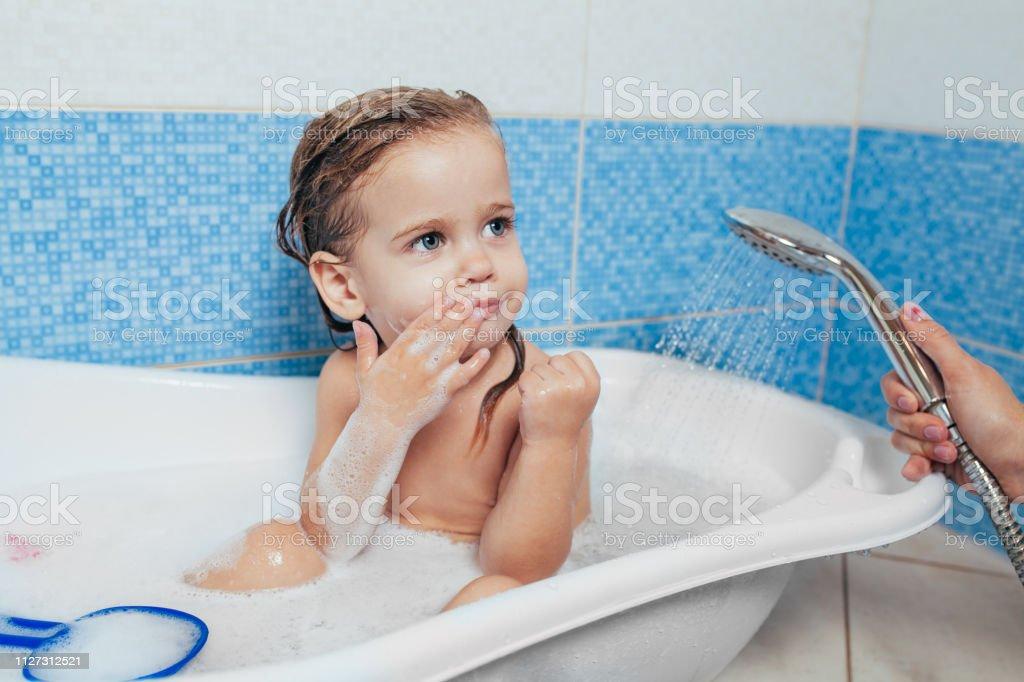Wunderschönes Kleines Mädchen Zu Hause Ein Bad Zu Nehmen Ein ...
