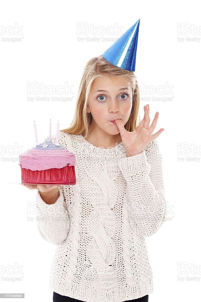 Schönes Mädchen Verkostung Ihrem Geburtstag Kuchen gegen Weiß – Foto