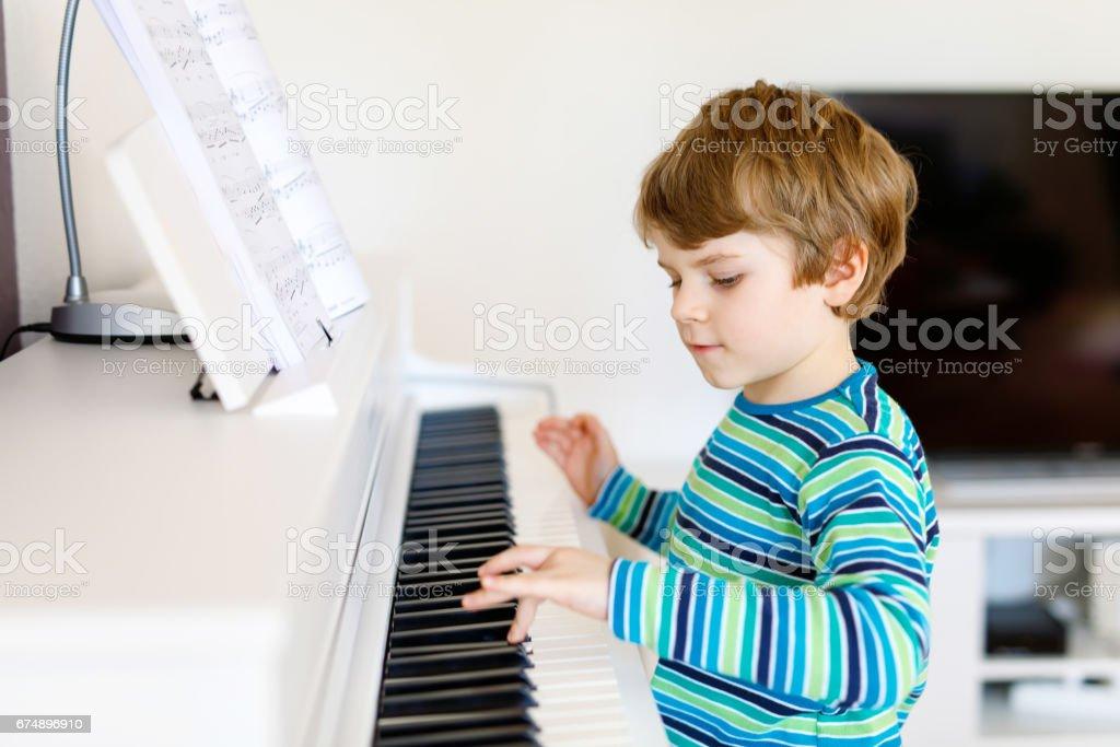 Schöne junge Kind im Wohnzimmer oder Musikschule Klavier spielen – Foto