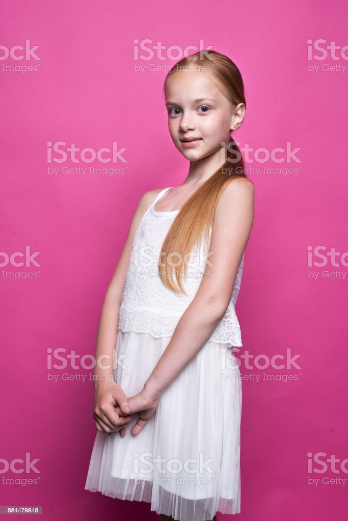 Photo Posant Rousse Libre De Blanche Belle Petite En Robe Droit D9eWEIYH2
