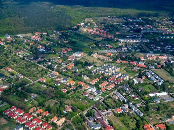schöne wohnstätte luftbild - immobilienangebote stock-fotos und bilder