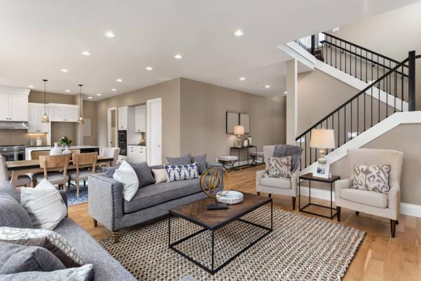 belo interior da sala com piso de madeira e vista de cozinha em nova casa de luxo - edifício residencial - fotografias e filmes do acervo