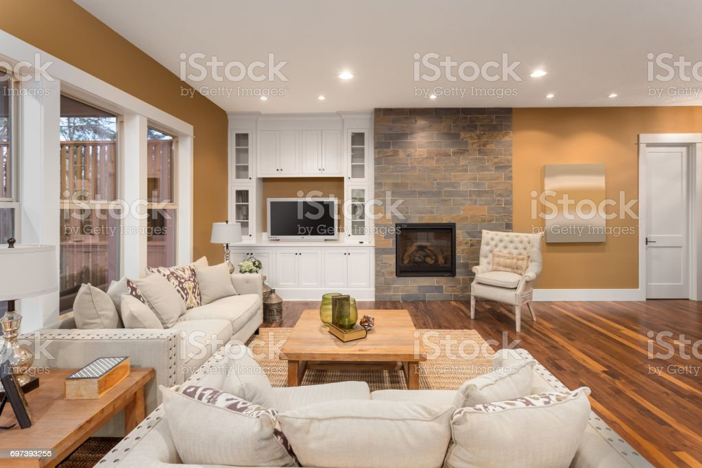 Mooie woonkamer interieur met hardhoutvloeren en de open haard in