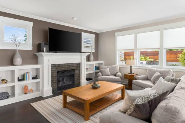 Salón interior con suelos de madera y chimenea en la casa nueva de lujo. - foto de stock