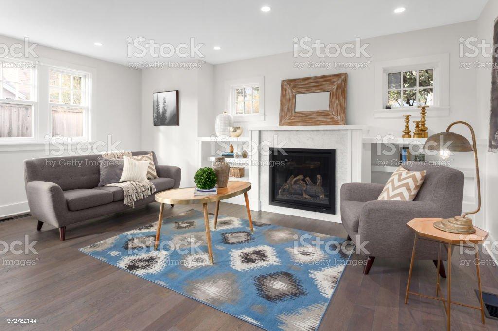Schönes Wohnzimmer Interieur Mit Holzböden Und Kamin Im Neuen Luxushaus  Stockfoto und mehr Bilder von Architektur