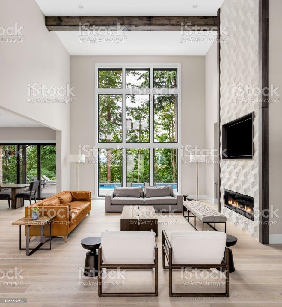 Schönes Wohnzimmer Interieur Mit Hohen Gewölbedecke ...
