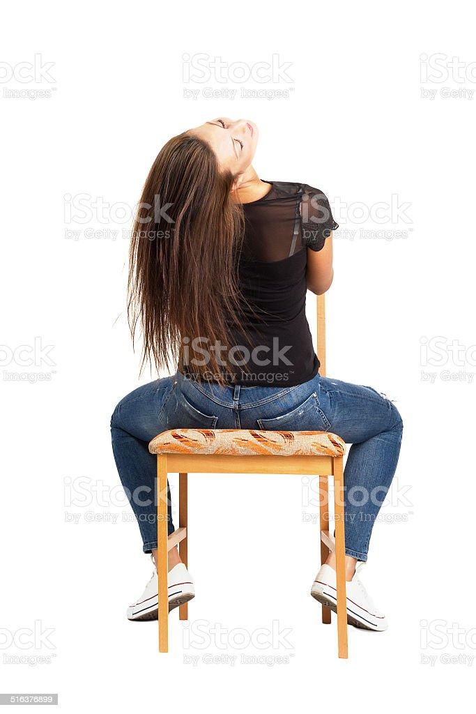 Schöne Lange Haare Brunette Sitz Nach Hinten Auf Dem Stuhl Stock