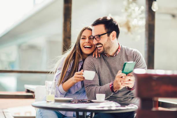Hermosa pareja de amor sentado en un café disfrutando en el café y la conversación. Amor, Romance, citas - foto de stock