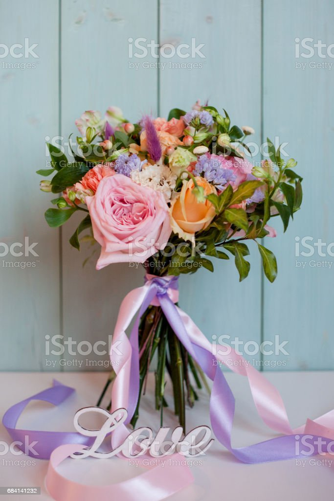 beautiful lush bouquet with roses, turquoise background, gift photo libre de droits