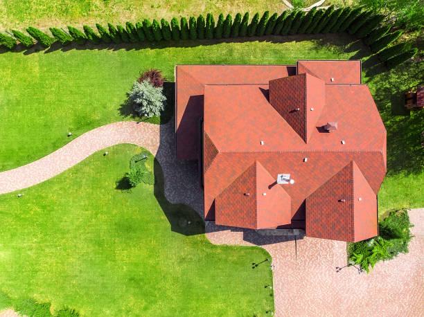 mooie luxe grote houten huis. hout cottage villa met met groen gazon, tuin en geplaveid wandelpad op de achtertuin - vanuit een drone gezien stockfoto's en -beelden